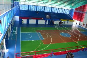 Este centro deportivo integral está cubierto por un amplio techo en forma de túnel