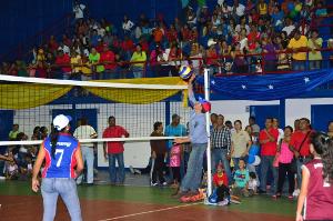 el gobernador participó en una exhibición de voleibol con muchachas de la selección estadal