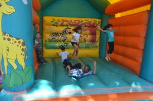 Los niños y niñas disfrutaron de brinca brinca