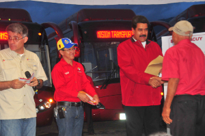 Los conductores recibieron las llaves de manos del Presidente